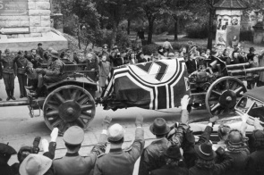 Die letzte Fahrt Marschall Rommels, In einer w¸rttembergischen Stadt nahm am Mittwoch Nachmittag das deutsche Volk in einem feierlichen Staatsakt Abschied von einem seiner bedeutendsten Heerf¸hrer dieses Krieges, Generalfeldmarschall Erwin Rommel, Tr‰ger der hˆchsten deutschen Tapferkeitsauszeichnung. Zahlreiche hohe Vertreter von Wehrmacht, Partei und Staat waren erschienen, um dem Verblichenen die letzte Ehre zu erweisen. Generalfeldmarschall von Rundstedt w¸rdigte in einer Gedenkrede die grossen Verdienste des toten Marschalls und legte im Auftage des F¸hrers einen Kranz an seinem Sarge nieder.- Unser Bild zeigt: In ehrf¸rchtigem Schweigen gr¸ssen die Zehntausende, die die Strassen s‰umen, den Sarg des toten Marschalls auf seiner letzten Fahrt. Scherl Bilderdienst (Hoffmann) 19.10.1944 ADN-Zentralbild/ Archiv II. Weltkrieg 1939-45 Staatsbegr‰bnis f¸r den am 14.10.1944 verstorbenen Generalfeldmarschall Erwin Rommel. Nach der Trauerfeier am 18.10. im Ulmer Rathaussaal wird der Sarg mit dem Verstorbenen, der wegen seiner Verbindung zu den Verschwˆrern vom 20. Juli zum Selbstmord gezwungen wurde, auf der Lafette zum Krematorium gefahren.