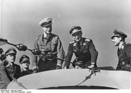 Werner Henke und Piloten an Bord eines U-Bootes