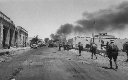 Tobruk, beschädigte Häuser, Soldaten