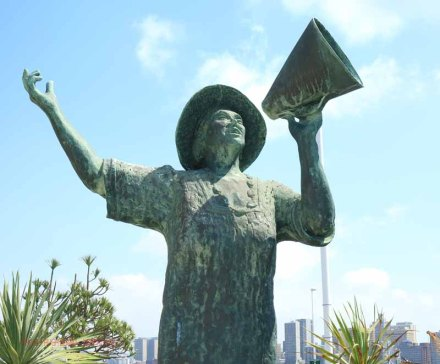 durban-harbour-lady-in-white-perla-siedle-gibson-monument-at-passenger-terminal-3