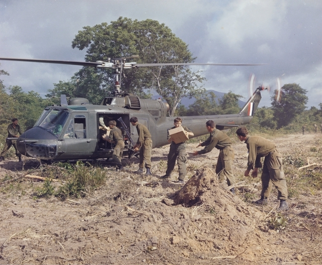 Australian_soldiers_unloading_rations_from_a_9_Squadron_helicopter_in_1967